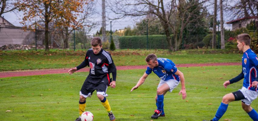 Na zdjęciu w czarnym stroju strzelec jednej z bramek dla Łokietka - Dawid Marciniak. Fot. ilustracyjna